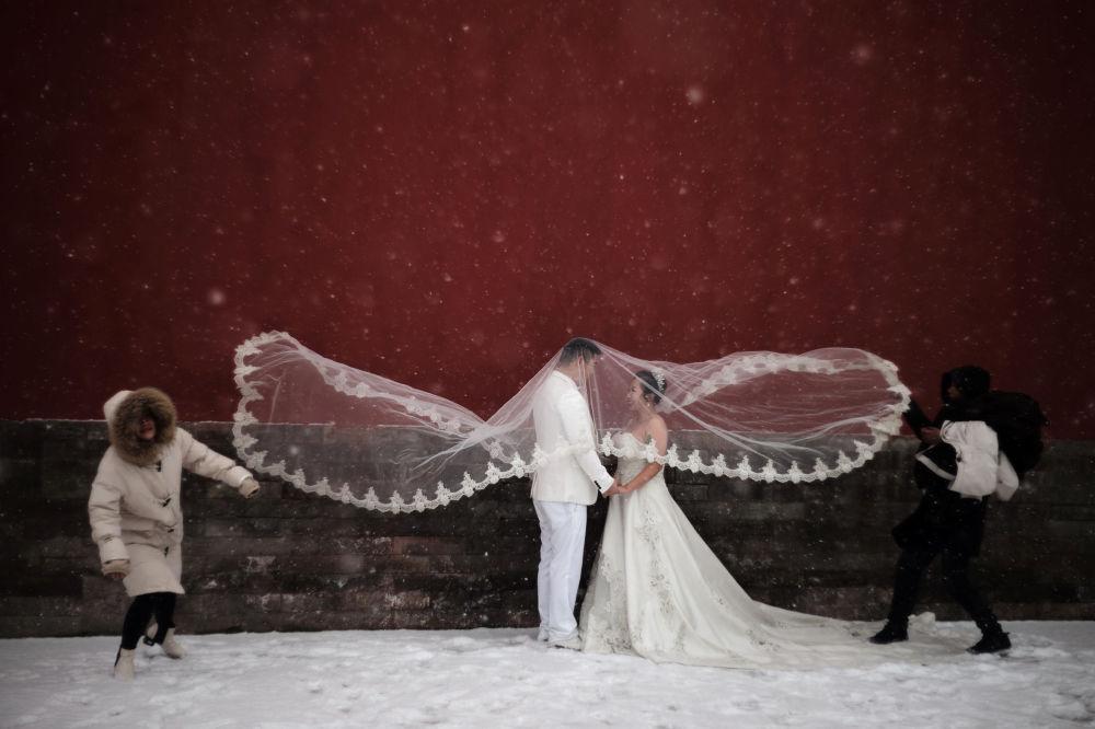 Una sesión de fotos de boda durante una nevada en Pekín.