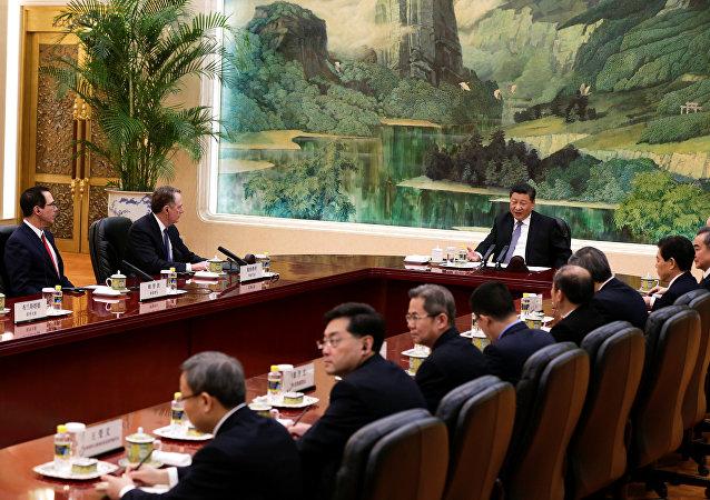 El secretario del Tesoro de Estados Unidos, Steven Mnuchin, el representante comercial de EEUU, Robert Lighthizer, y el presidente de China, Xi Jinping, durante las consultas comerciales