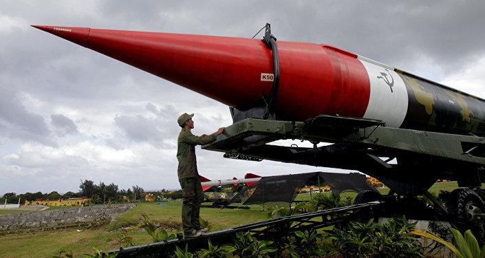 Misil soviético vacío de los tiempos de la crisis de los misiles del Caribe, expuesto en el complejo militar Morro Cabana en La Habana, Cuba (archivo)