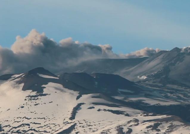Impresionante: el volcán Etna vuelve a arrojar cenizas y humo