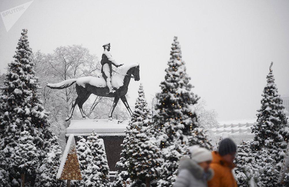 Monumento nevado al mariscal Georgi Zhukov en el cuadrado de Manezhnaya.
