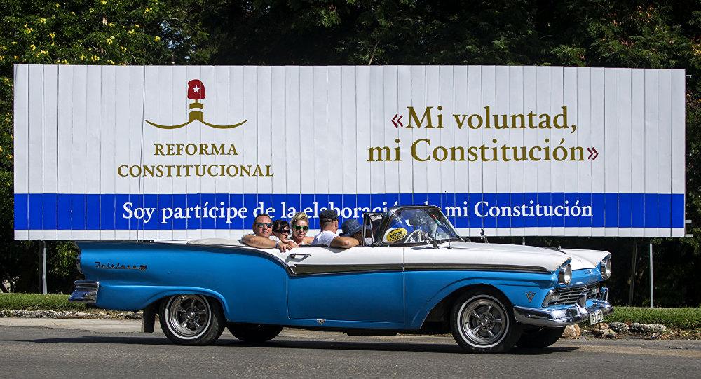 Un cartel sobre la reforma constitucional en La Habana, Cuba