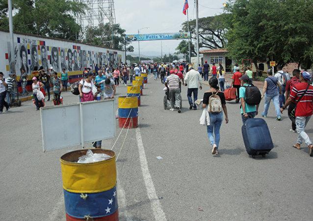 La gente cruza el puente internacional Simón Bolívar hacia Colombia