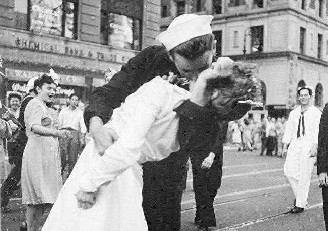 'El Beso' en la plaza Time Square de Nueva York (archivo)