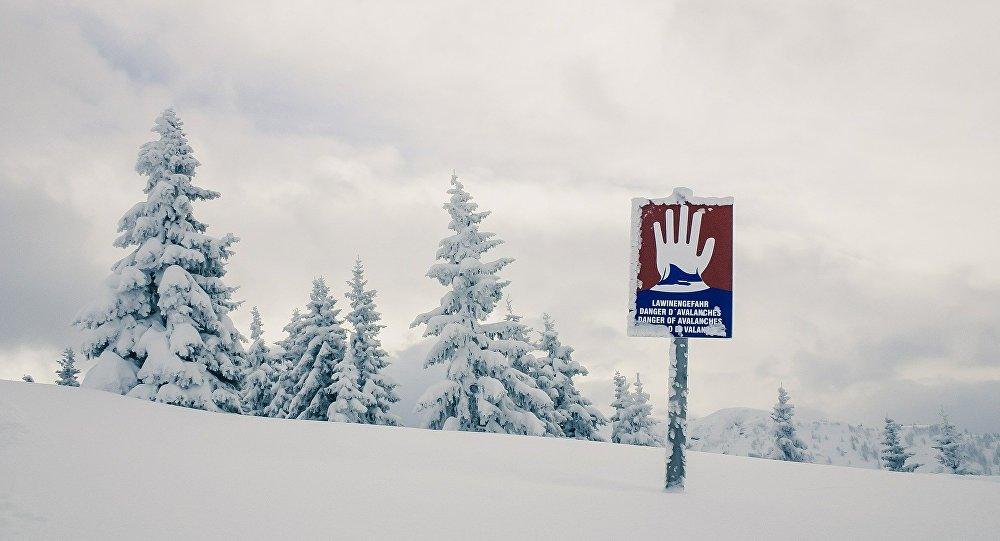 Al menos 10 desaparecidos por una avalancha en Suiza