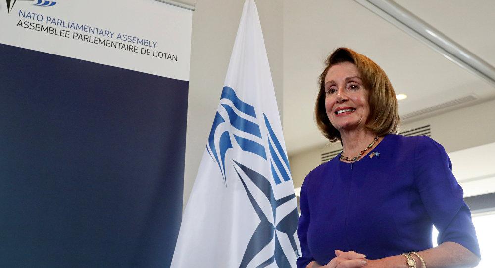 La presidenta de la Cámara de Representantes de Estados Unidos, Nancy Pelosi, con la bandera de la OTAN