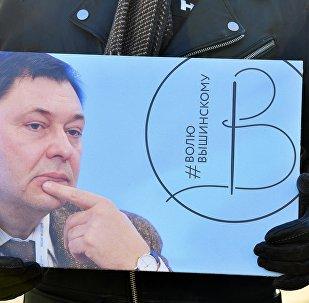 Un activista con la imagen del director del portal RIA Novosti Ukraina, Kiril Vishinski