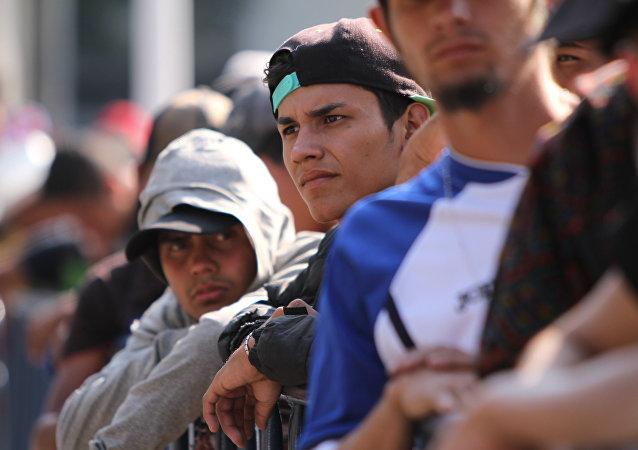 Grupo de migrantes espera en fila para acceder a un albergue en Ciudad de México (archivo)