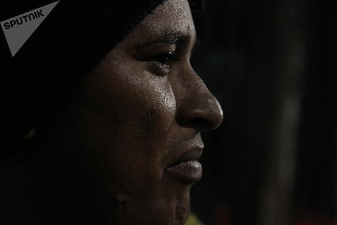 Miguel, de Honduras, pasa la noche fuera del albergue tras negársele la entrada al estadio Palillo, en la Ciudad de México