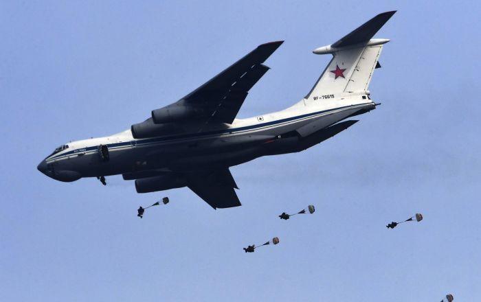 Paracaidistas rusos ponen a prueba sus pericias durante unos ejercicios tácticos
