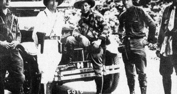 Augusto César Sandino (centro)