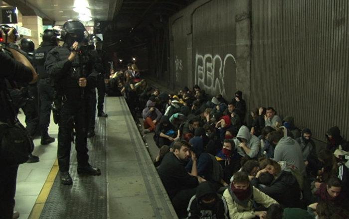 Los estudiantes paralizan el metro barcelonés durante la huelga