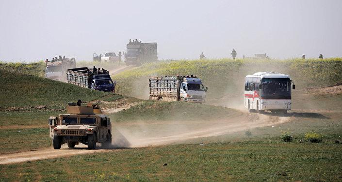 Los camiones con civiles salen del poblado sirio de Baguz