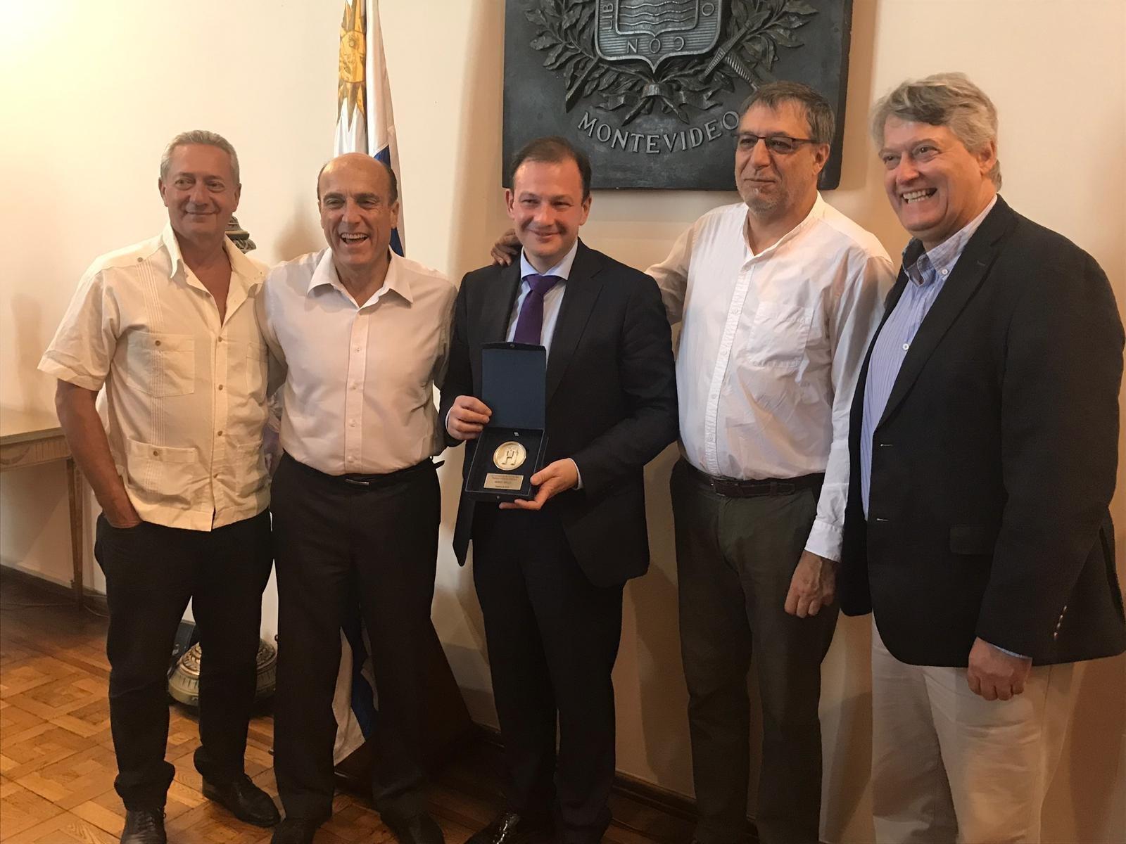 Sergey Brilev junto al intendente de Montevideo Daniel Martínez (izq.).