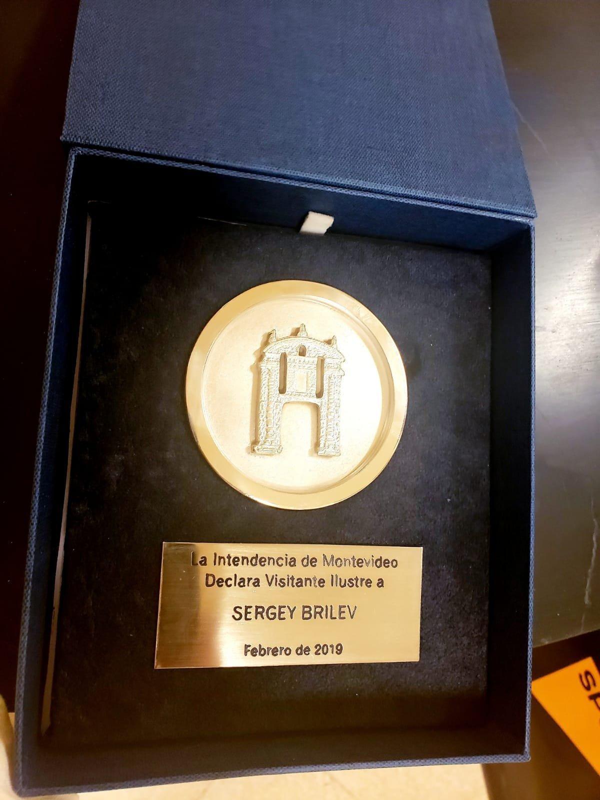 """Reconocimiento al periodista Sergey Brilev como """"visitante ilustre"""" por la Intendencia de Montevideo, Uruguay."""