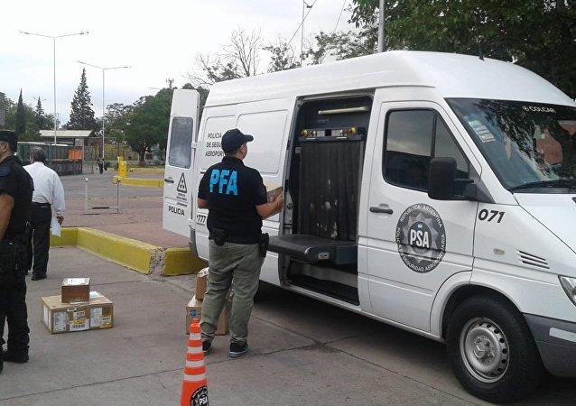 Fuerzas federales argentinas confiscan dinero y medicamentos en la terminal de autobuses de Guaymallén