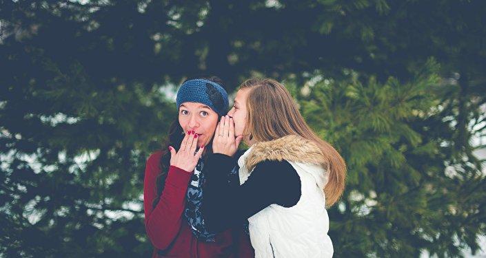 Una chica cuenta un secreto
