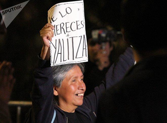 Olga, originaria de Tlaxiaco, con carteles de apoyo a Yalitza Aparicio.