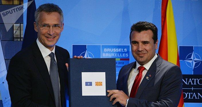 Secretario general de la OTAN, Jens Stoltenberg, y primer ministro de Macedonia del Norte, Zoran Zaev (archivo)