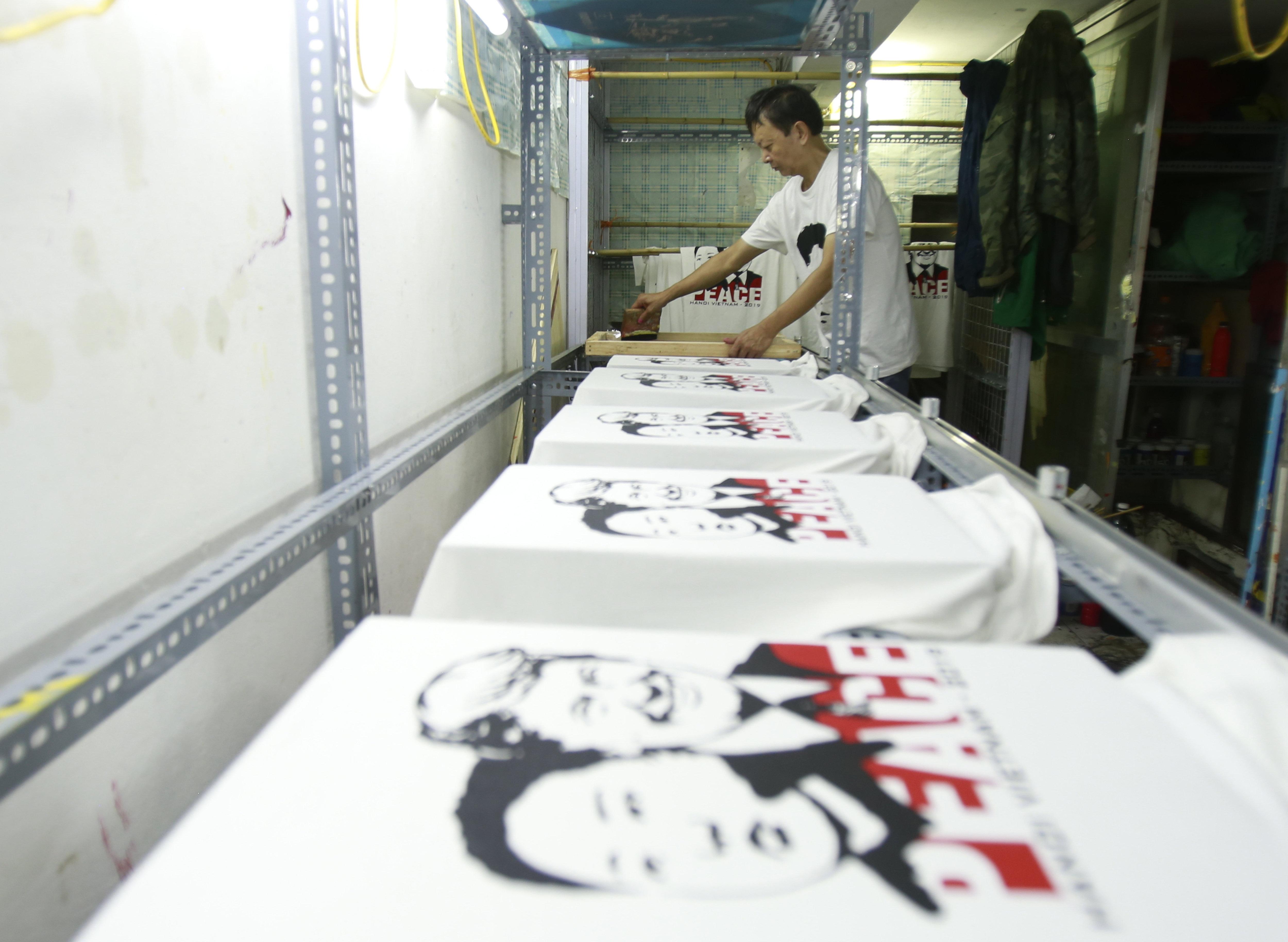 Taller de impresión de camisetas de Truong Thanh Duc en la calle Hang Bong, donde se imprimen más de 300 unidades por día