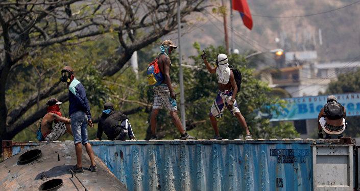 Manifestantes en el puente Simón Bolívar