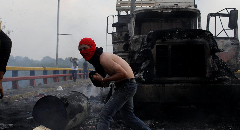 Un camión quemado en la frontera entre Venezuela y Colombia
