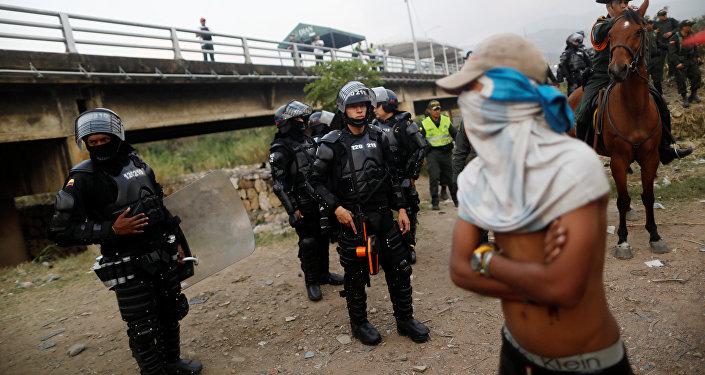 Policía colombiana y opositores venezolanos en Cúcuta