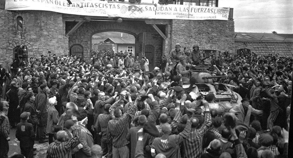 Los prisioneros españoles de Mauthausen saludan a la 11 División Acorazada de EEUU durante su liberación