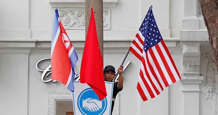 Banderas de Corea del Norte, Vietnam y EEUU en Hanói
