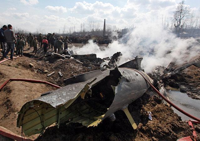 Los resros de un avión de las Furzas Aéreas de la India derribado por Pakistán en Cachemira