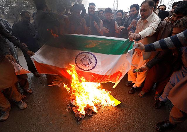 Queman en Pakistán la bandera de la India contra la violencia aerea