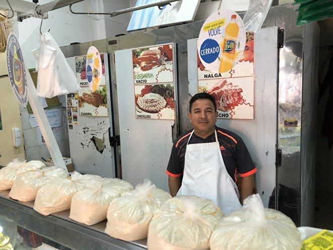 Debido al alto precio de la carne y a la inflación, Raúl Deza tuvo que transformar su carnicería de Buenos Aires en una pollería y despensa.