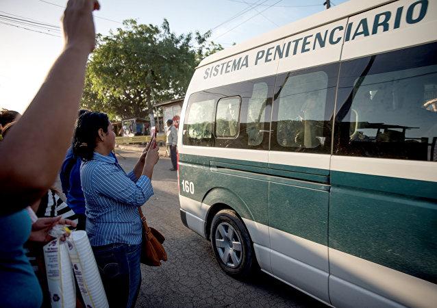 El autobús con los opositores liberados