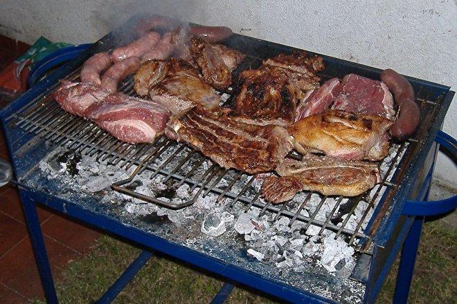 Hasta hace poco, la polémica que involucraba al asado en Argentina era si hacerlo con leña o carbón. Hoy, es la mera posibilidad de comprar la carne.