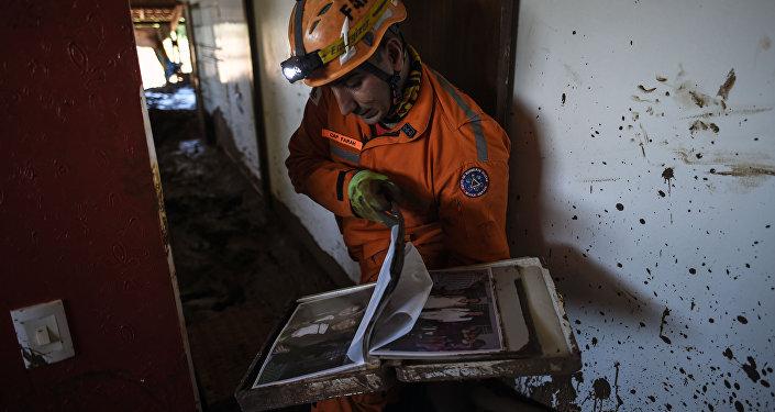 El bombero Leonard Farah rescata las pertenencias de las casas destruidas por el lodo tóxico, un mes después de la ruptura de una presa de la compañía minera Vale en Corrego do Feijao, cerca de Brumadinho, en el estado brasileño de Minas Gerais, el 22 de febrero de 2019