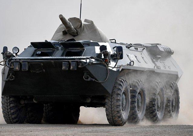 Un transportador blindado BTR ruso