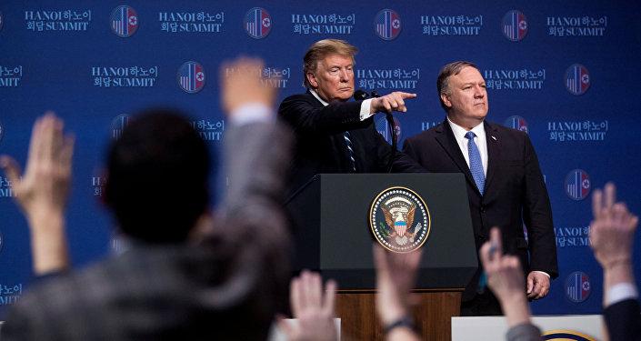 Donald Trump, presidente de EEUU junto al secretario de Estado, Mike Pompeo en Hanói, Vietnam