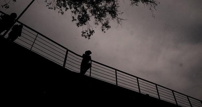 Maestro de la UNAM parada en un puente de la Facultad de Veterinaria de la UNAM.