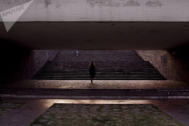 Alumna camina en la Universidad Nacional Autónoma de México (UNAM).