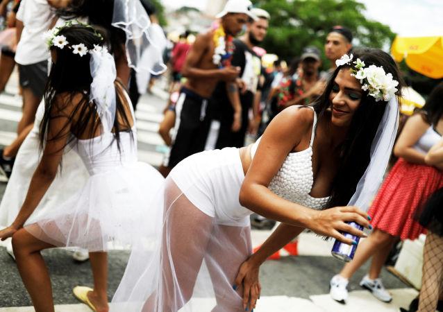Una ballena en la jungla, vestidos de chocolate y carnavales: las mejores imágenes de la semana
