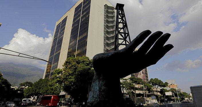 La esculptura de una bomba de gasóleo frente a la sede de la empresa venezolana PDVSA