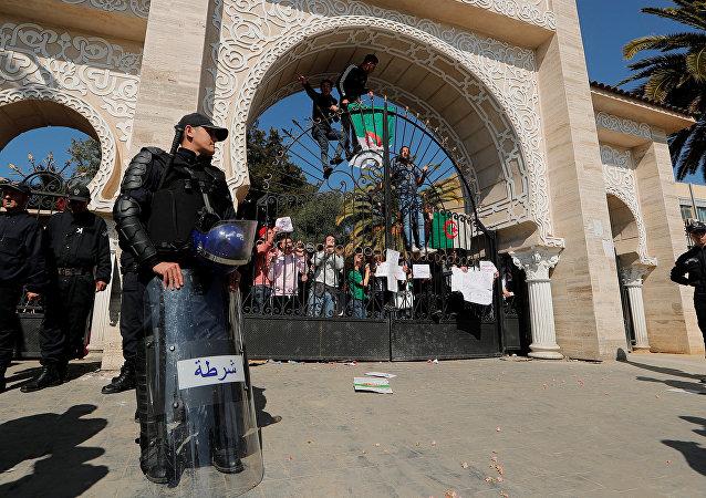 Policía de Argelia durante las protestas