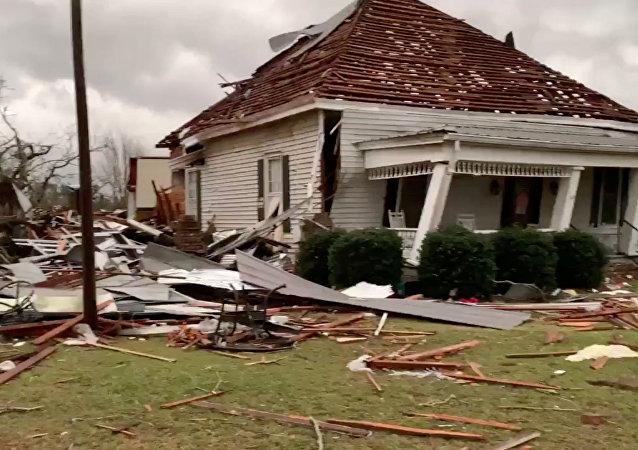 Una casa destrozada tras el paso de varios tornados en el estado de Alabama