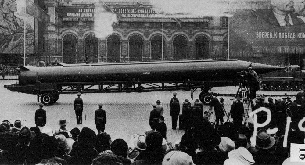 Fotografía de un agente de la CIA de un misil nuclear R-12 de alcance medio en un desfile en la Plaza Roja en Moscú