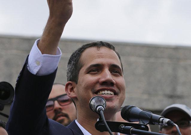 Juan Guaidó muestra su pasaporte en Caracas tras su gira por cinco países de Sudamérica