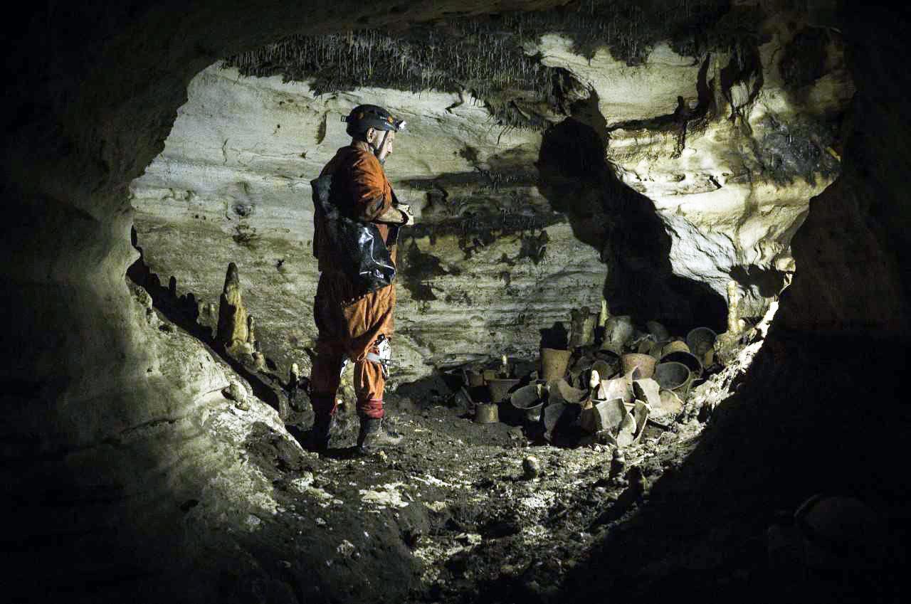 Guillermo de Anda, director del proyecto Gran Acuífero Maya, en la cueva Balamkú
