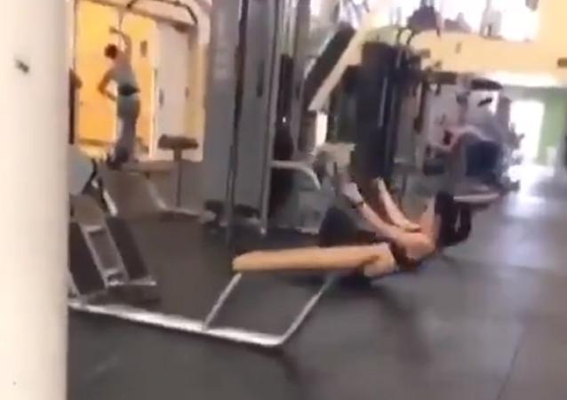 Una chica 'voladora' sorprende a los internautas con su forma de entrenar (vídeo)