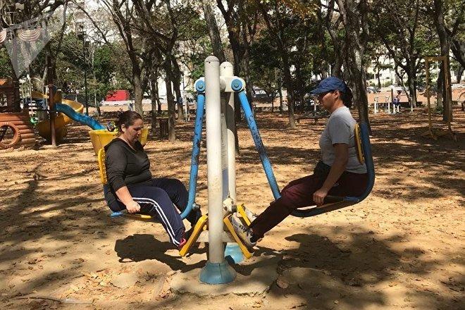 Caraqueñas se divierten en un parque de la capital venezolana