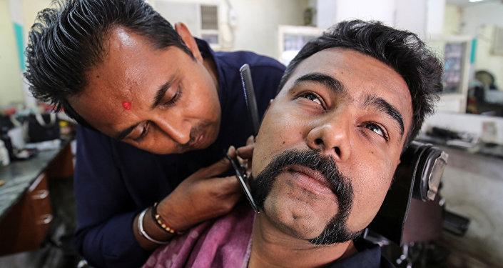 Un hombre se corta el bigote y la barba como el piloto Abhinandan Varthaman