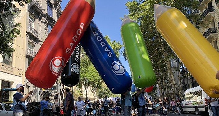 Protesta docente en la Avenida de Mayo de Buenos Aires, en reclamo de mejoras salariales